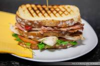 Sandwich vegetal con pollo y bacon