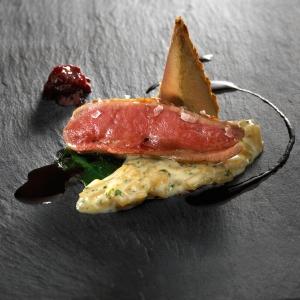 Pichón  asado con trigo silvestre, queso Idiazabal y cerezas