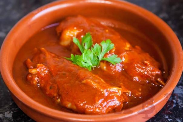 Manitas de cerdo en salsa vizcaína  (4 pax)